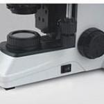 Microscope et lumière incidente