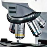 Revolver a 5 objectifs d 'un microscope biologique