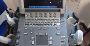 Vue generale du clavier et de l' ecran de l' echographe sonosite M turbo